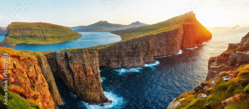 Cuadros en Lienzo Sorvagsvatn Lake and Waterfall into the Ocean in Western Faroe Island