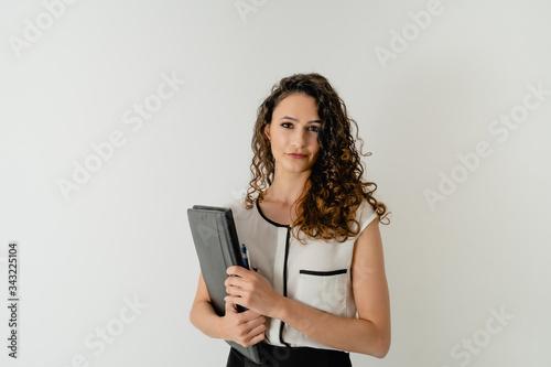 Photo mujer profesora, estudiante, alumna, secretaria con carpeta en la mano