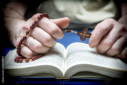 Cuadros en Lienzo Christian believer praying to God with rosary in hand