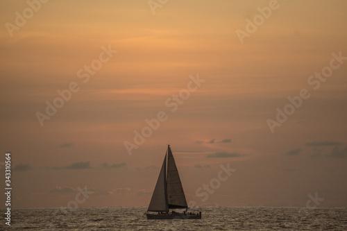 Fotografía Atardecer en el mar de Mazatlan cielo despejado con velero o barco y barco de ve