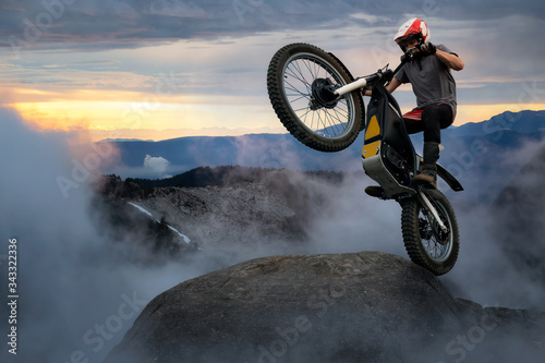 Extreme Adventure Man Motorcycle trials on top of a rock Billede på lærred
