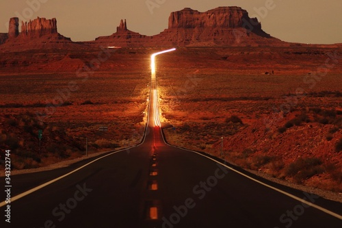 Fotografia Road Amidst Mountains Against Sky During Sunset