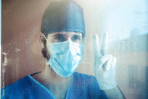 Fényképezés Zero contagi, medico festeggia dalla finestra dell'ospedale