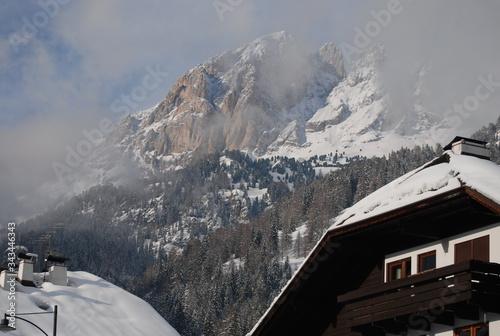 Obraz Górujący szczyt zimą - fototapety do salonu