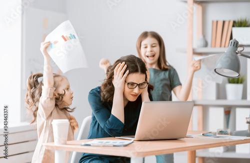Woman working on a laptop. Fototapete