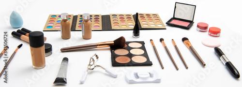 Fotomural Kit de maquillaje que incluye paleta de sombras, aplicadores o brochas, rubores,