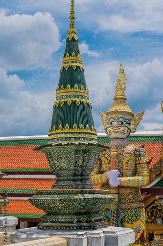 Valokuva Giant statue at Wat Phra Kaew.