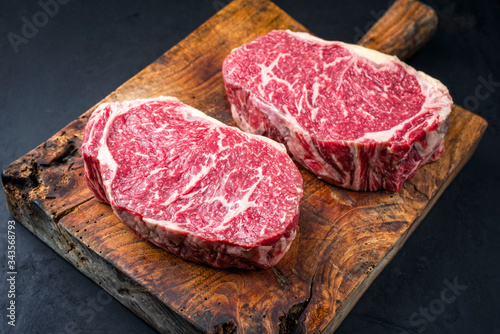 Photo Rohes dry aged Wagyu Entrecote Steak vom Rind als closeup auf einem rustikalen H