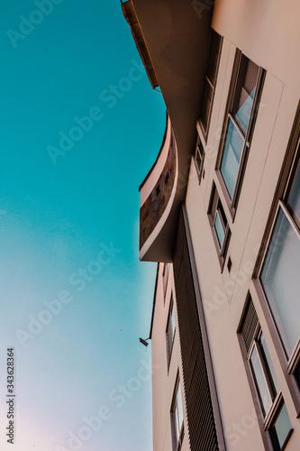 edificio con fondo de cielo azul abstracto Canvas Print
