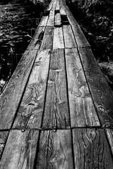 kładka drewniana nad  wodą, czarno białe, przejście nad wodą