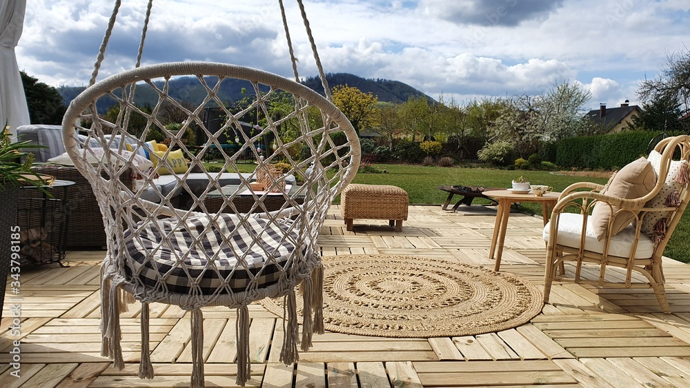 Fototapeta Nowoczesny ogród z pięknym drewnianym tarasem jako miejsce wypoczynku w hamaku na świeżym powietrzu wsród zieleni