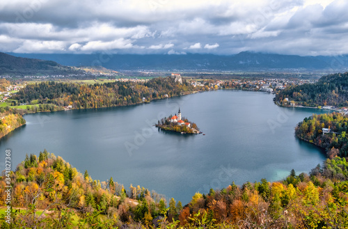 Fototapety, obrazy: wide angle panorama of a small island with a castle on Lake Bled in Slovenia on a warm cloudy autumn day