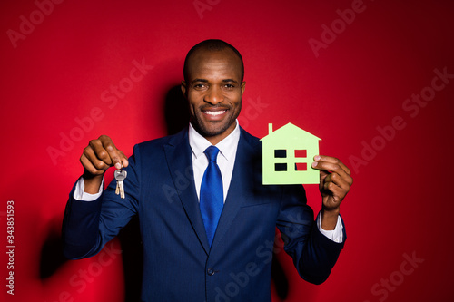 Fotomural Photo of handsome dark skin business guy hold key chain green paper house real e