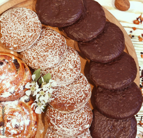 Photo Scene with an assortment of baking, original Nuremberg gingerbread cookies on a wooden textured white background