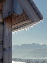 Widok Na Góry Tatry Po Stronie Polskiej W Słoneczny Mroźny Dzień  Z Za Rogu Drewnianego Domu Z Soplami Lodu Na Dachu