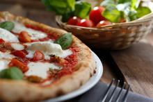 Pizza Al Gusto Mozzarella Di Bufala , Sopra Un Tavolo In Legno Con Pomodori Sullo Sfondo