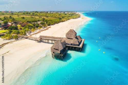 Photo Aerial view of beautiful hotel on the water in ocean at sunny day in summer