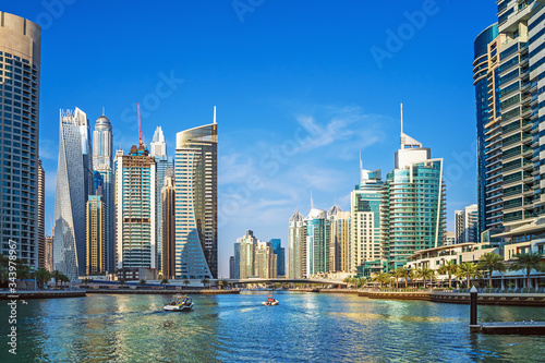 Photo Dubai Marina canal with azure water and high rise buildings, United Arab Emirates