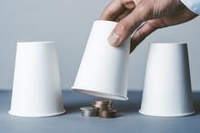 お金と紙コップ