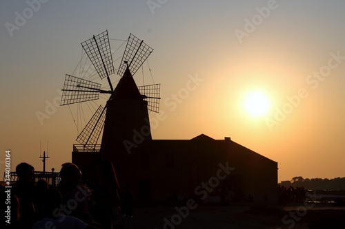 Photo silhouette of windmill at sunset in backlight
