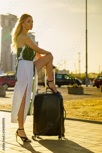 woman with suitcase in travel location Fototapet