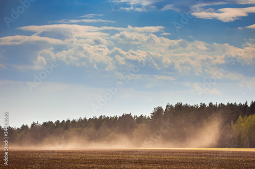 Photo Dust storm in dry fields, dry weather infuenced by climate change