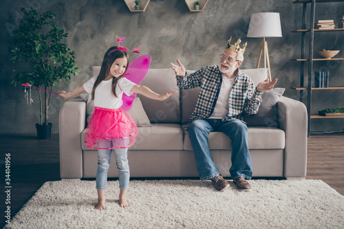 Photo Photo of aged old grandpa little pretty granddaughter sit comfy sofa watch show