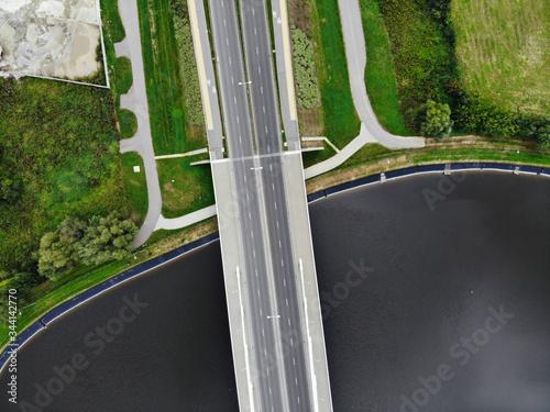 most nad wodą , niebieska woda, miasto, droga, latarnie. czysto, dzień zero