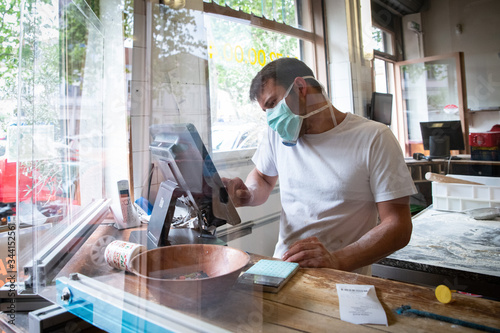Fotomural Pandemic situation of covid 9 in a piza restaurant