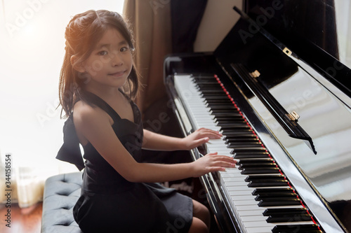 Foto asian girl kids playing piano have talent and practice for up musical skill