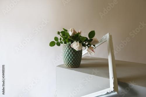 Photo Rose bianche recise in vaso isolato su fondo chiaro