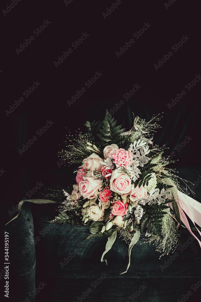 Fototapeta bukiet, roże, ślub, miłość, ciemne tło, kwiaty, czarne, klimat, uroda, piękny, liść, natura, czułość, zapach, roślina, ozdoba, romantyczny, wesele, flora, wstążka
