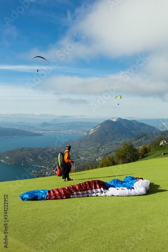 Photo Parapentiste avant le décollage sur les hauteurs du Lac d'Annecy