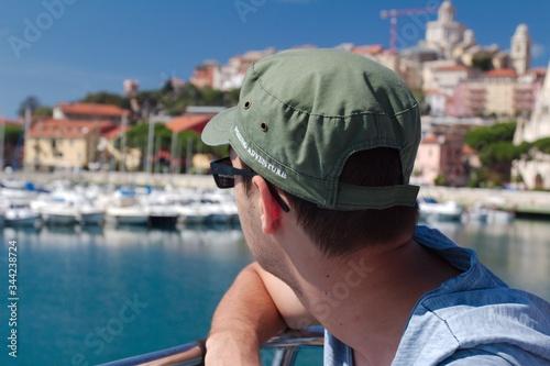 Fototapeta Mężczyzna patrzący na nabrzeże, Riviera Di Ponente - Liguria, Włochy obraz