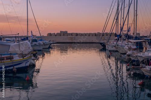 Fototapeta Zachód słońca w porcie w Jafie. Izrael, Tel Awiw i statki. obraz