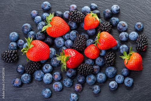 Photo Berries Strawberries, blackberries and blueberries.