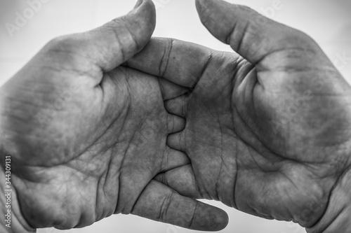 Photo Mãos masculinas entrelaçadas preto e branco