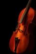 Cello auf dem schwarzen Hintergrund