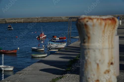 Photo puerto pesquero con dique para amarrar los barcos
