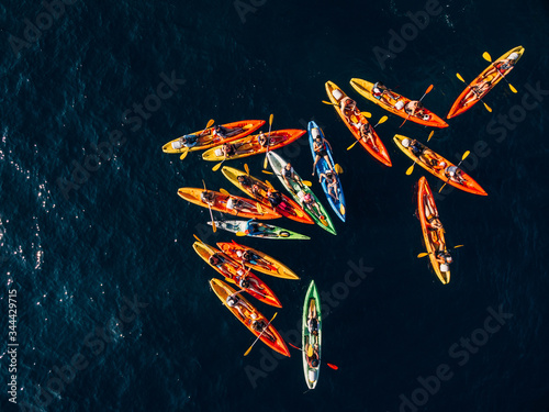 Valokuva A group of kayakers gathered their kayaks in a heap in sea
