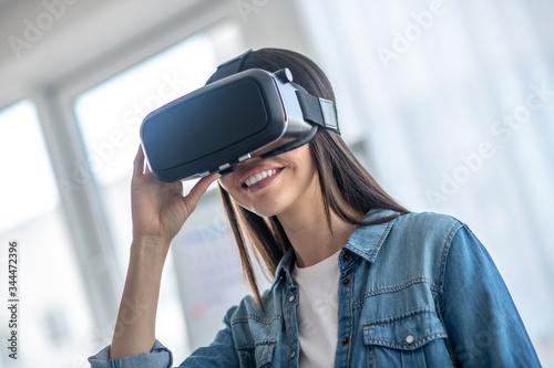 Dark-haired girl wearing vr headset and smiling Slika na platnu
