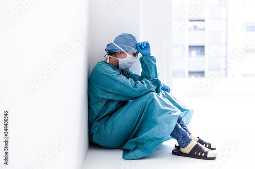 Photo 疲労した様子の医師