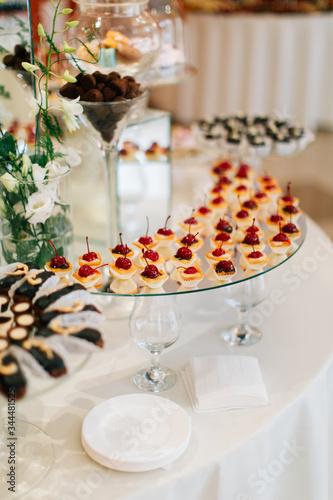 Valokuva Sweet tarts with drunken cherries