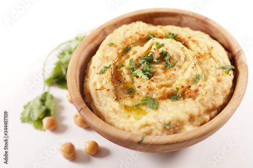 Foto bowl of hummus on wood background