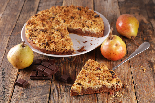 Fotografía homemade chocolate apple crumble on wood background