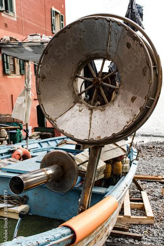 Fotografia Primo piano di una barca da pescatore con in mostra diversa attrezzatura