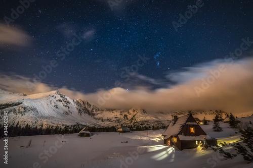 Obraz Betlejemka na Hali Gąsienicowej w Tatrach Wysokich, w czasie gwieździstej, zimowej nocy  - fototapety do salonu