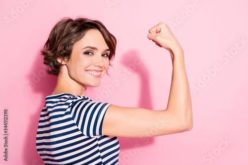 Fotografía Closeup profile photo of pretty lady good mood showing perfect biceps after gym