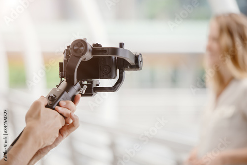Valokuvatapetti motorized gimbal, videographer using dslr camera anti shake tool for stabilizer record video scene