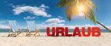 Liegestühle am Strand mit Palme und blauem Himmel mit Urlaub Slogan im Sand
